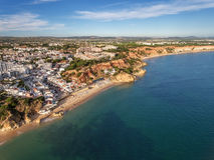 aéreo Vista surpreendente do céu, costa Olhos de Água da cidade Imagem de Stock Royalty Free