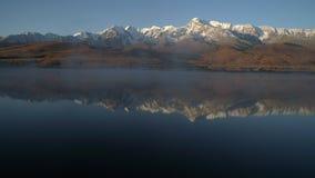 aéreo Voo sobre o lago bonito perto das montanhas altai filme