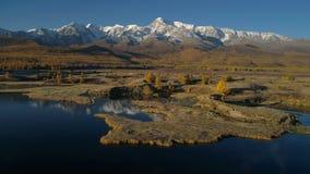 aéreo Voo sobre o lago bonito perto das montanhas Panorama outono filme