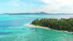 Aéreo: vuelo sobre el arrecife de coral blanco del agua de la turquesa del mar del Caribe de la playa de la isla tropical Islas d almacen de metraje de vídeo