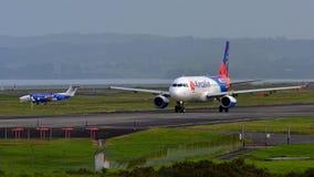 Aérez Calin Airbus A320 roulant au sol pour le départ à l'aéroport international d'Auckland Images stock