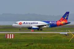 Aérez Calin Airbus A320 roulant au sol pour le départ à l'aéroport international d'Auckland Photos stock