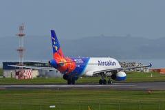 Aérez Calin Airbus A320 roulant au sol pour le départ à l'aéroport international d'Auckland Images libres de droits