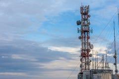 Aérez l'antenne d'émission dominant haut dans le dessus du bâtiment Récepteur à hyperfréquences monté dans l'acier galvanisé Atte photographie stock libre de droits