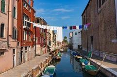 Aérez la blanchisserie de séchage au-dessus du canal à Venise Tir de mode de vie Photographie stock libre de droits