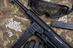 Aérez la mitrailleuse molle avec les verres et le sort protecteurs de balles Photographie stock