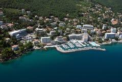 Aérez la photo d'Opatija sur la Mer Adriatique en Croatie avec l'amiral d'hôtel avec la marina Photo libre de droits