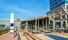 Aérez la station conditionnée de tram avec des portes grillagées de sécurité Photos libres de droits