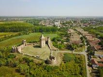Aérez la vue des ruines de la forteresse et du village de CCB en Serbie Photos stock