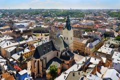 Aérez la vue sur la cathédrale et la ville de Lviv Image libre de droits