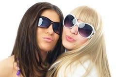 aérez le baiser fascinant de filles nous envoyant à deux jeunes Photos libres de droits