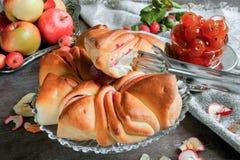 Aérez le beaux gâteau et confiture du jour ensoleillé automnal de pommes Photos libres de droits