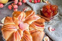 Aérez le beaux gâteau et confiture du jour ensoleillé automnal de pommes Photo stock