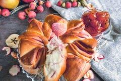 Aérez le beaux gâteau et confiture du jour ensoleillé automnal de pommes Photo libre de droits