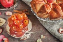 Aérez le beaux gâteau et confiture du jour ensoleillé automnal de pommes Photographie stock libre de droits