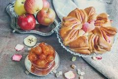Aérez le beaux gâteau et confiture du jour ensoleillé automnal de pommes Images libres de droits