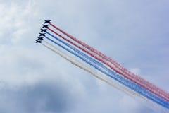 Aérez le défilé au-dessus de St Petersburg en l'honneur de la célébration du 320th anniversaire de la marine russe Photo stock