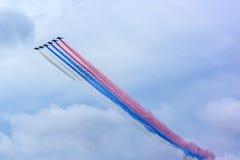 Aérez le défilé au-dessus de St Petersburg en l'honneur de la célébration du 320th anniversaire de la marine russe Photos stock