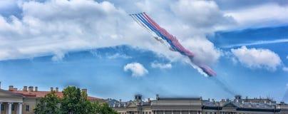 Aérez le défilé au-dessus de St Petersburg en l'honneur de la célébration du 320th anniversaire de la marine russe Photo libre de droits