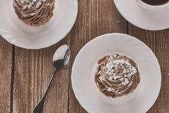Aérez le gâteau dans un panier avec de la crème et le café de chocolat Photo stock