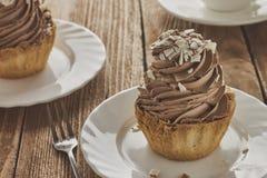 Aérez le gâteau dans un panier avec de la crème et le café de chocolat Images stock