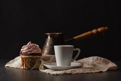 Aérez le gâteau dans un panier avec de la crème et le café de chocolat Image libre de droits