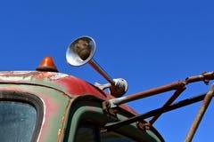 Aérez le klaxon sur une vieille semi cabine de tracteur Photo libre de droits