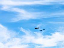 Aérez le ravitaillement des chasseurs en nuages blancs Photos libres de droits