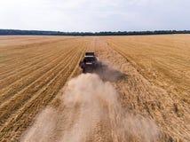 Aérez le tir de la moissonneuse sur le champ de blé Images stock