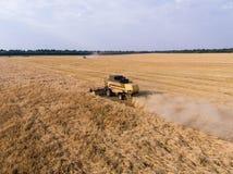 Aérez le tir de la moissonneuse sur le champ de blé Image stock