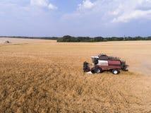 Aérez le tir de la moissonneuse sur le champ de blé Photos stock