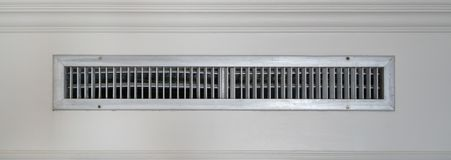 Aérez le ventilateur, cadre de lamelle en métal sur le fond blanc de mur Photographie stock