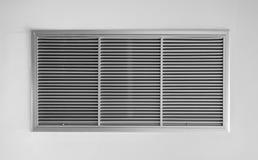 Aérez le ventilateur, cadre de lamelle en métal sur le mur blanc Image libre de droits
