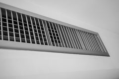 Aérez le ventilateur, cadre de lamelle en métal sur le mur blanc Photo stock