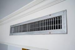 Aérez le ventilateur, cadre de lamelle en métal sur le mur blanc Photos stock