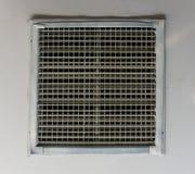 Aérez le ventilateur, cadre de lamelle en métal sur le plafond Image libre de droits