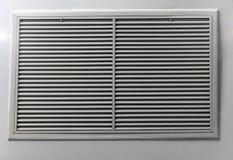 Aérez le ventilateur, cadre de lamelle en métal sur le plafond Photo stock