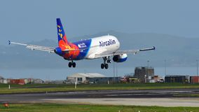 Aérez les avions de Calin Airbus A320 de l'atterrissage de Noumea à l'aéroport international d'Auckland Photographie stock