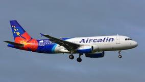 Aérez les avions de Calin Airbus A320 de l'atterrissage de Noumea à l'aéroport international d'Auckland Photos stock