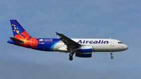 Aérez les avions de Calin Airbus A320 de l'atterrissage de Noumea à l'aéroport international d'Auckland Images libres de droits