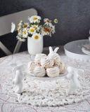 Aérez les guimauves sur un support en céramique blanc avec les lapins décoratifs Images libres de droits