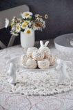 Aérez les guimauves sur un support en céramique blanc avec les lapins décoratifs Image stock