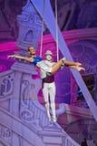Aérez les gymnastes en air au-dessus d'étape de piscine Images stock