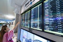 Aérez les passagers à l'horaire des départs dans l'aéroport de Bangkok Photos libres de droits