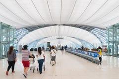 Aérez les passagers dans le secteur de départ de l'aéroport de Bangkok Photo libre de droits