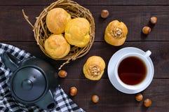 Aérez les profiteroles remplies de la crème de caramel avec des écrous Image libre de droits