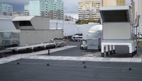 Aérez manipuler des dessus de toit d'unités pour le système de ventilation central Photos stock