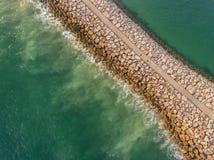 aérien Brise-lames industriel, lavé les vagues en mer Image stock