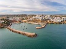 aérien Entrée au port de la marina d'Albufeira, brise-lames dans le premier plan Images libres de droits