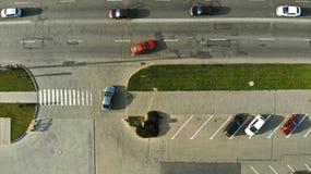 aérien La voiture va à la route du parking image stock